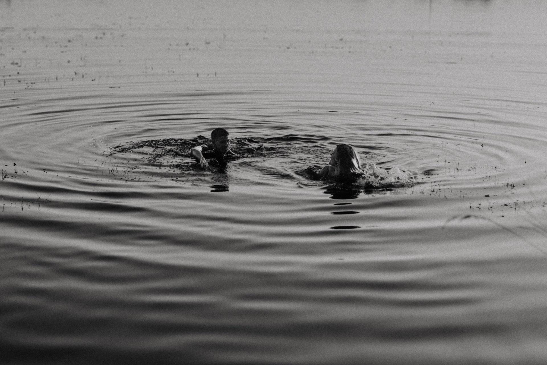 séance couple dans l'eau